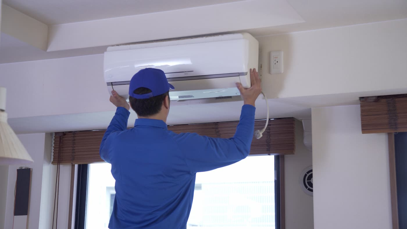 エアコンを取り外している画像